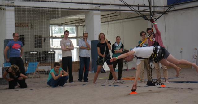 Teamevent Weihnachtsfeier Berlin Betriebsausflug Abseilen Bogenschießen Giant Swing
